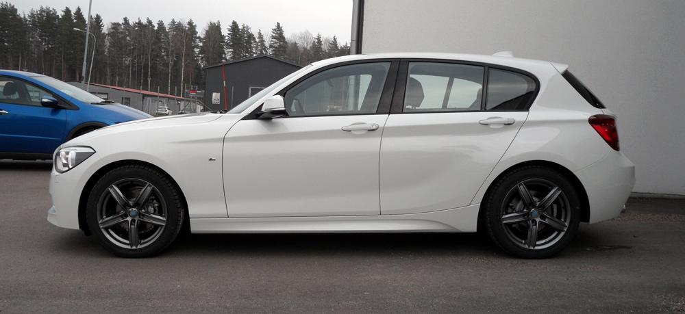 Vinterpaket med RC Design 21 Titan på en vit BMW 1-Serie