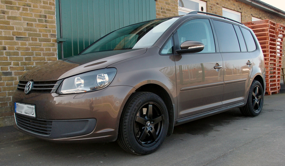 Rad Tech Snowstar Matt Black på en Volkswagen Touran